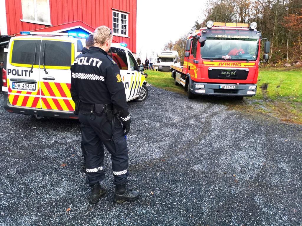 FAST: Viking Grimstad/Agder Bilberging måtte få bobilen ut fra jordet, da den sank ned i søla. Til venstre for bobilen, en representant for eieren av kjøretøyet. FOTO: BAARD LARSEN/FROLENDINGEN