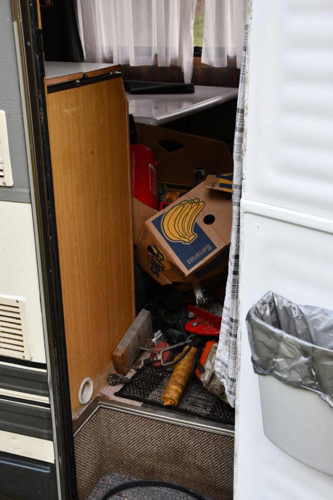 TYVGODS: Politiet mistenker at verktøy og annet løsøre bak i bobilen er tyvgods, og vil følge opp dette. FOTO: BAARD LARSEN/FROLENDINGEN