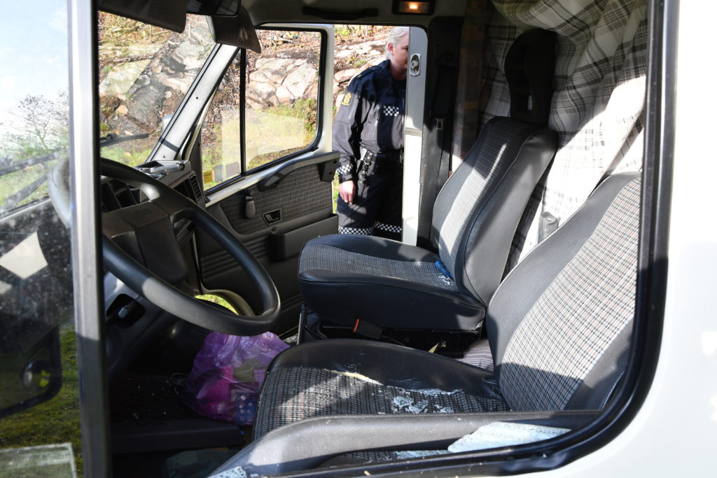 VÅPEN: En kniv uten slire lå i passasjersetet da politiet fikk kontroll på rømlingen. FOTO: BAARD LARSEN/FROLENDINGEN